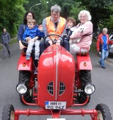 Mutter mit Sohn Großmutter (Frau E. Bleeker) mit Enkel und Hündchen Olivia. Thomas Grüne-wald kutschiert.
