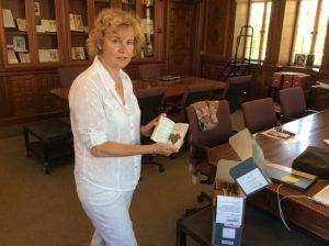 Friederike Haufe mit einem Tagebuch von Ingolf Dahl im Archiv der USC, Los Angeles
